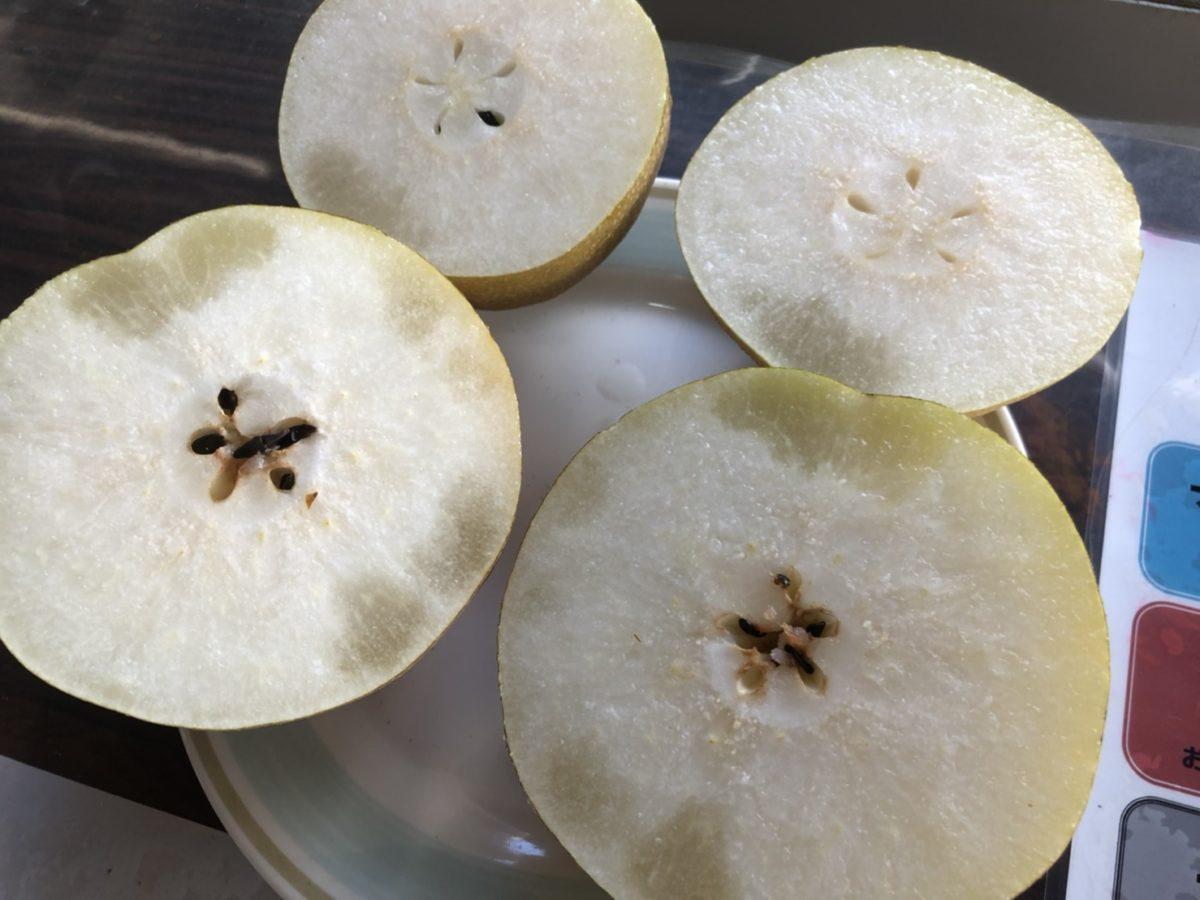 「蜜症」の梨は、時間が経つと症状が出ている部分が黒ずんでくるが、食べても害はない