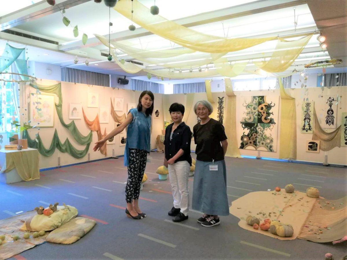 左から草木染め作家・駒澤さん、色鉛筆画作家でイラストレーター・釘本さん、切り絵作家でイラストレーター・picaさん