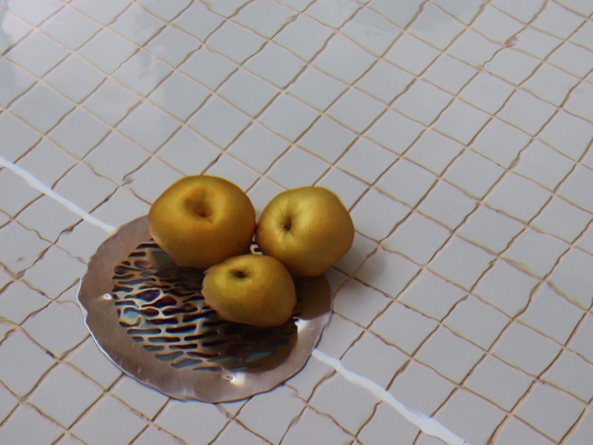 お湯の中に沈む梨