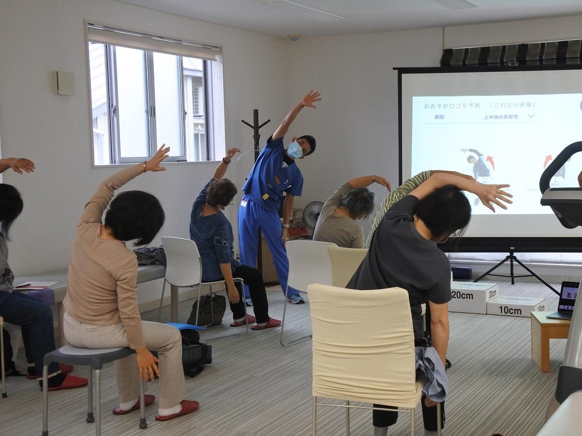 「これだけ体操」で体を動かす参加者