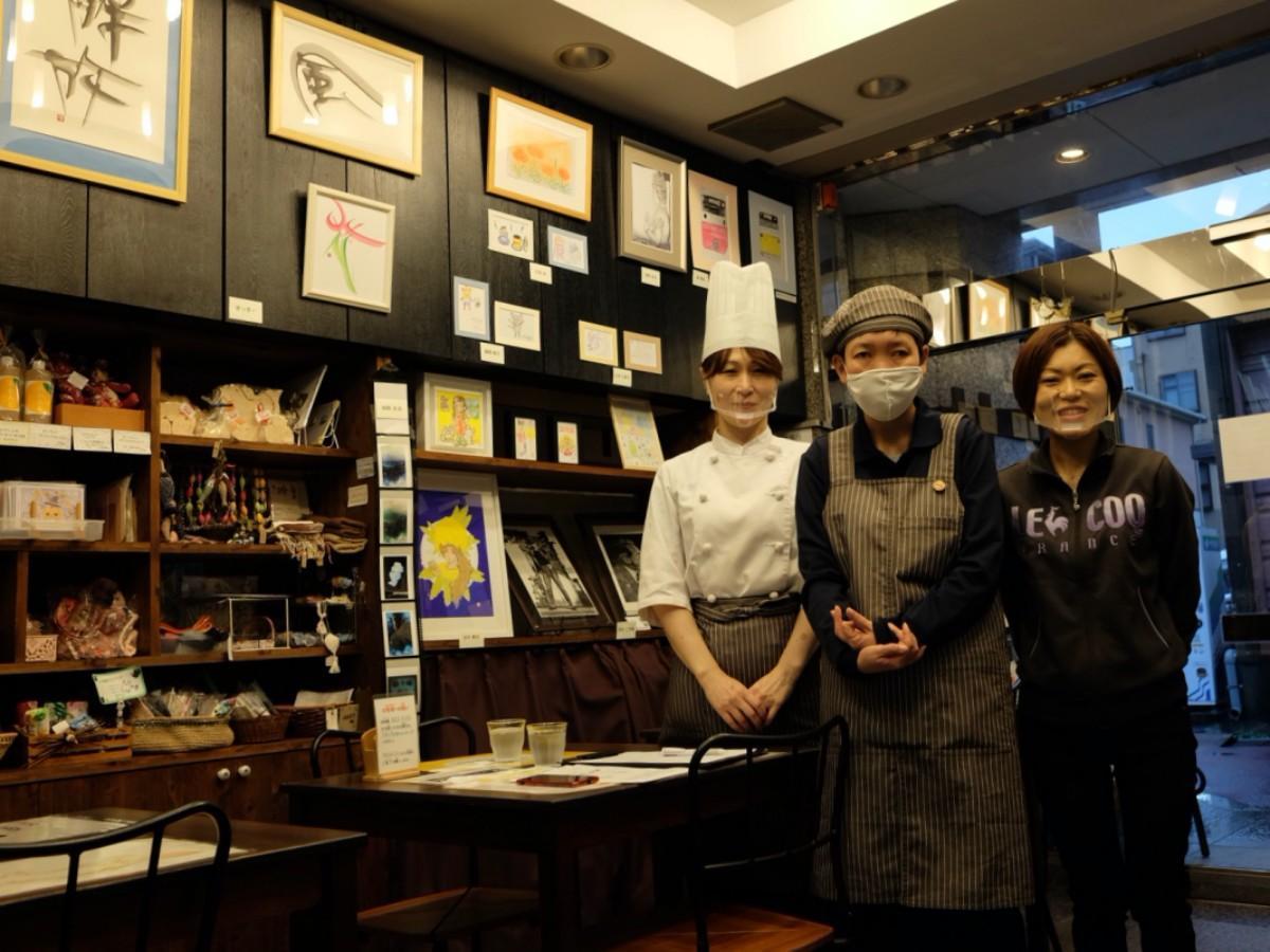 作品展示スペースの前に立つ、左から店長・本郷さん、スタッフ・山本江美子さん、施設長・山本佳美さん