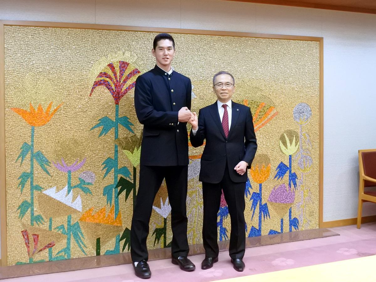 (左から)秋広優人さんと松戸市長
