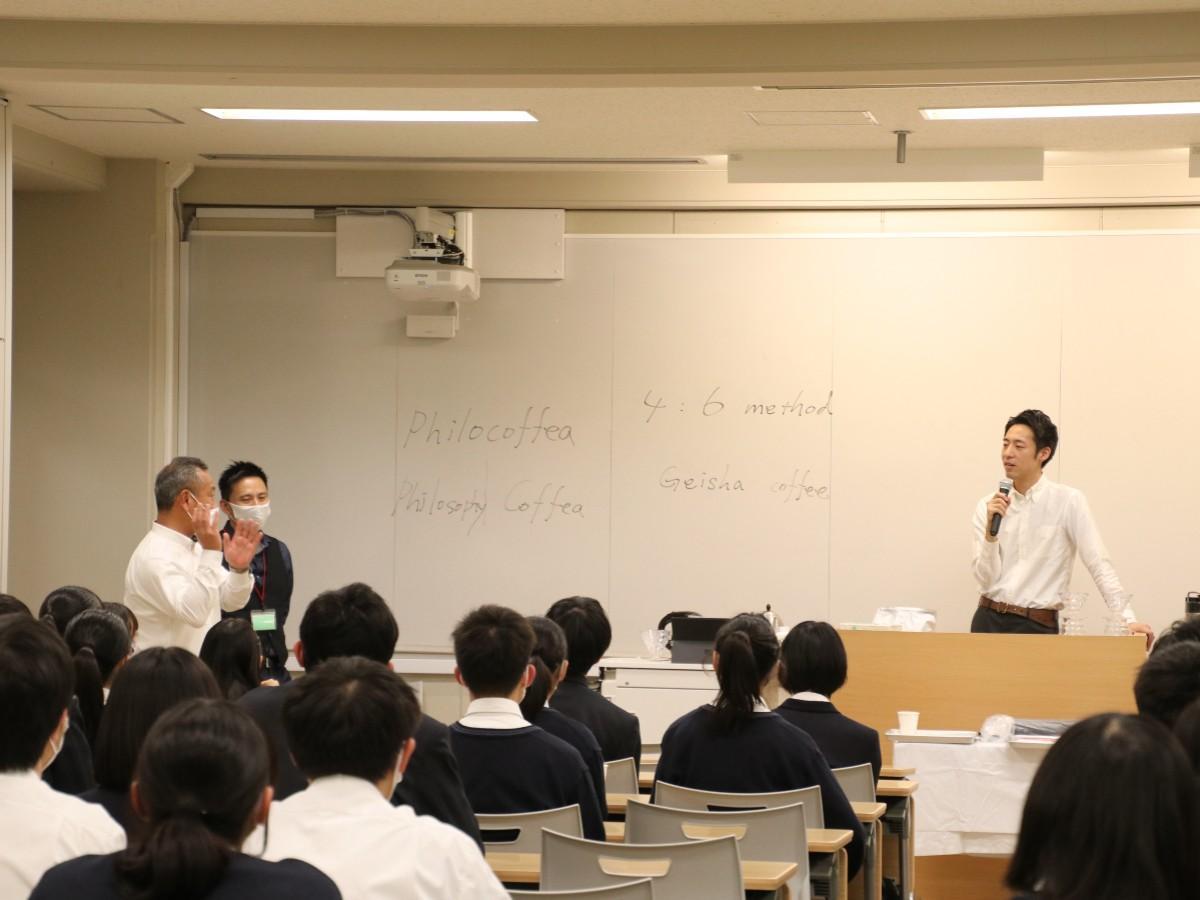 教室の様子(左から西村校長、梶さん、粕谷さん)