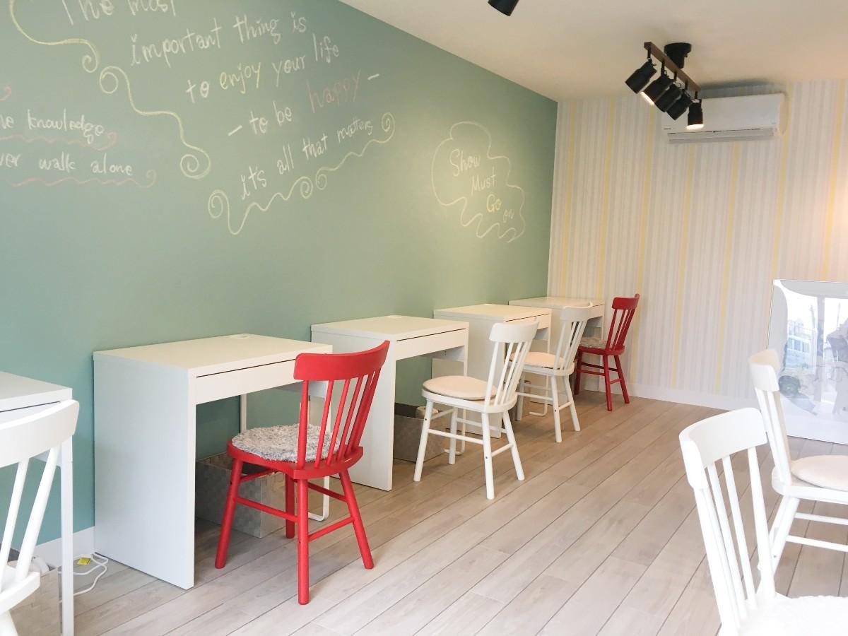 飲食スペースは壁に向かってテーブルと椅子がセットされている