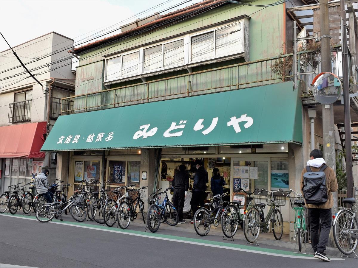 自転車がずらりと並ぶ店の入り口