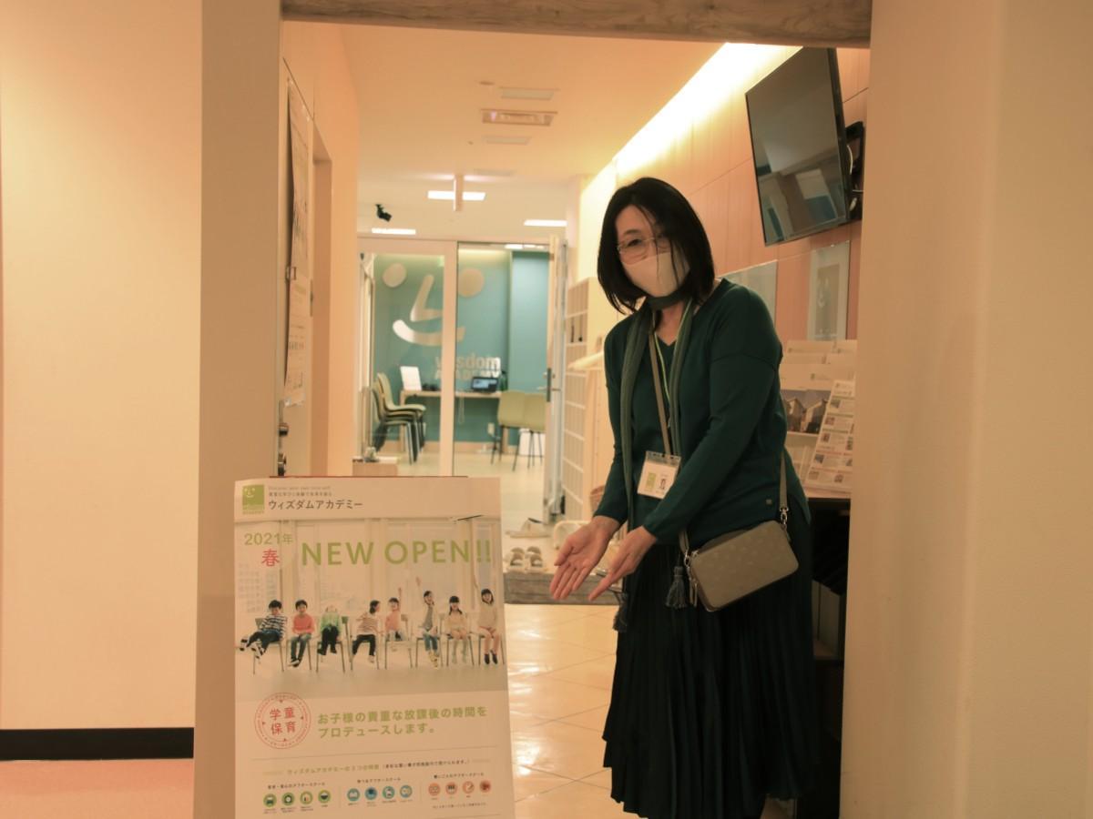 スクール入り口に立つ伊藤恵理さん