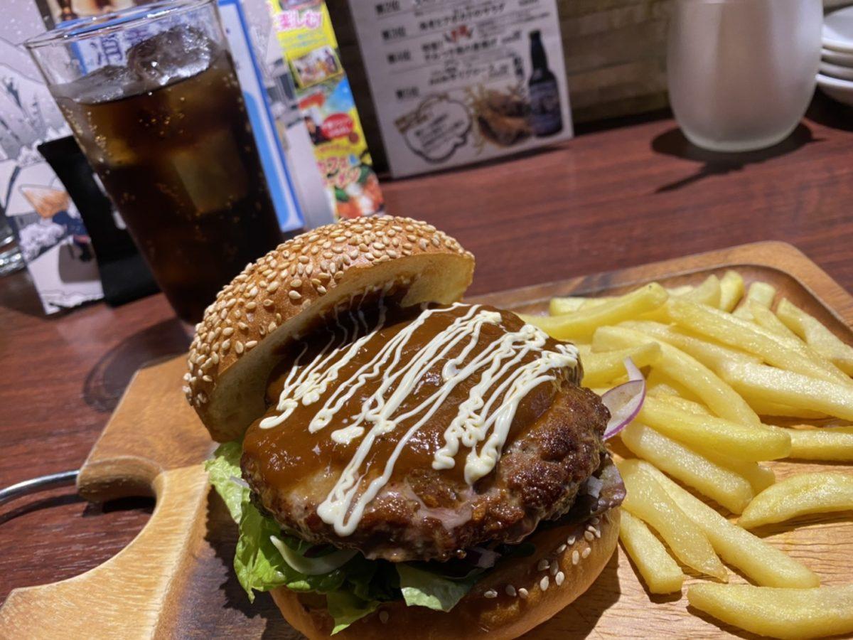 プレートで提供されるハンバーガー