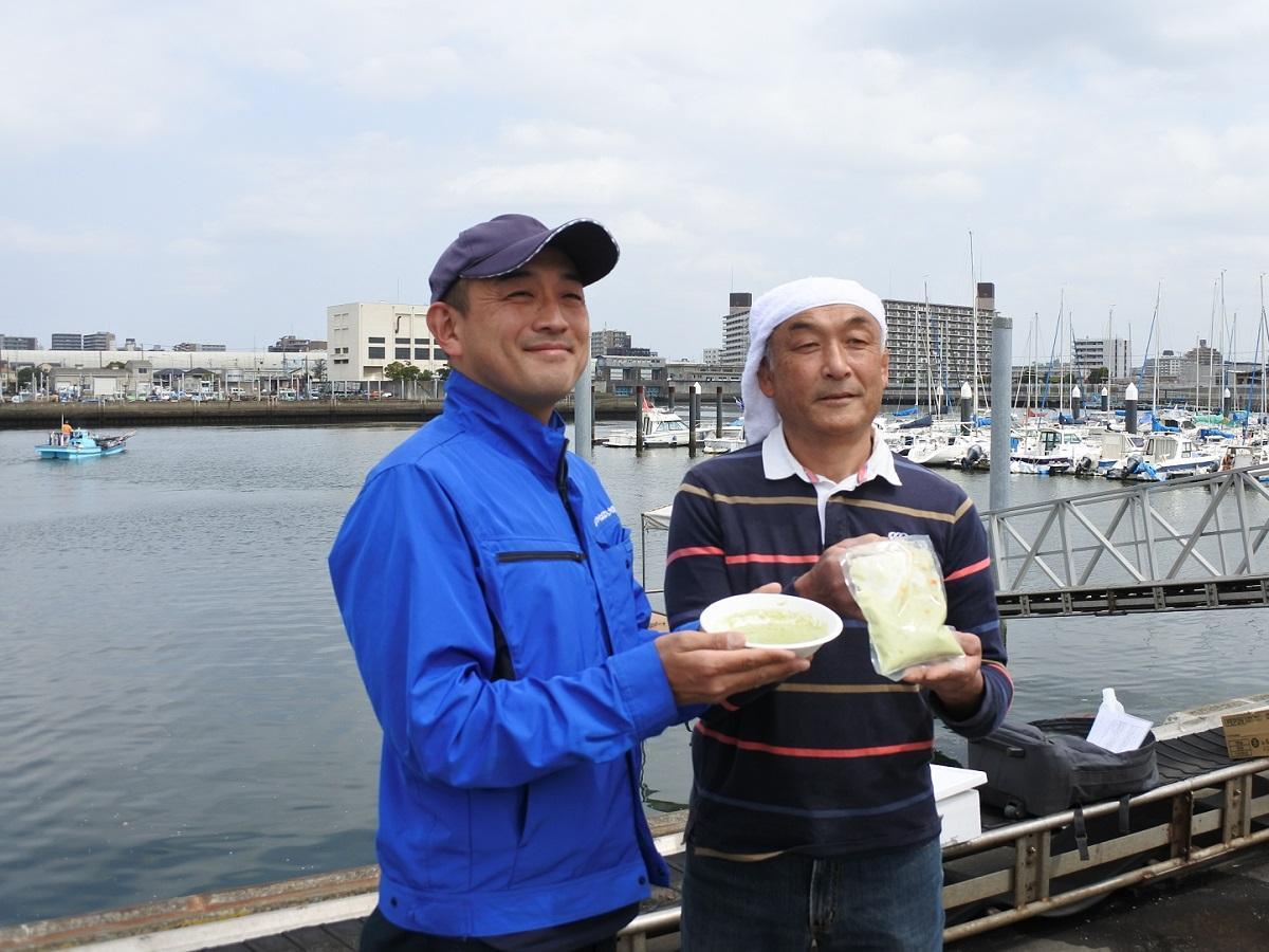 左から、商品を手にする内海さん、平野さん