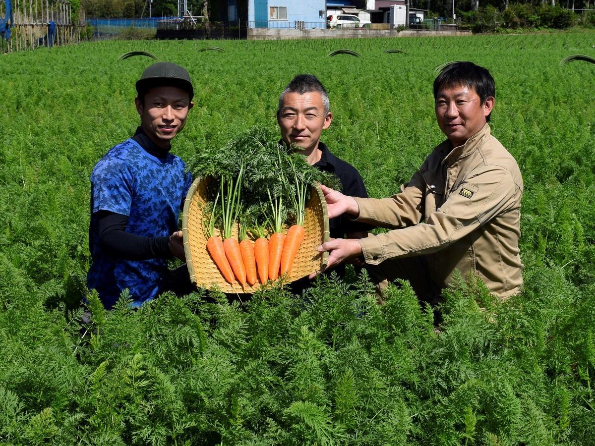 (右から)「船橋にんじん」の生産者の仲村さん、石神さん、石井さん