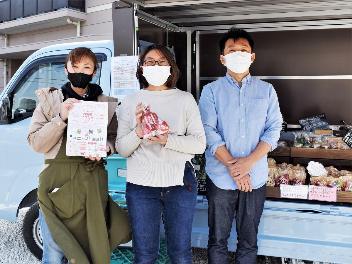 三須一生さん(右)と「三須トマト農園」スタッフ