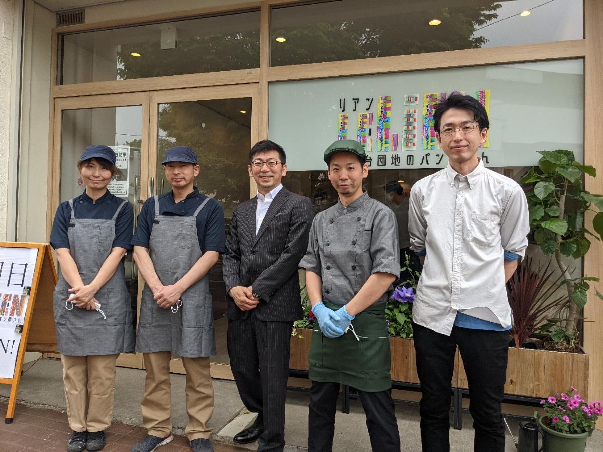 右から、スタッフの今泉さん、小野木さん、「コンフォートケア」社長の形山さん、店長兼職人・佐野さん、竹下さん
