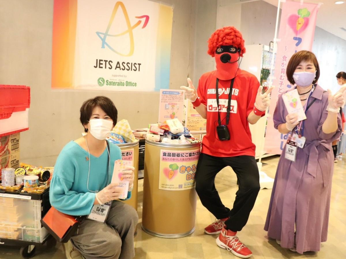 左から、フードバンクふなばし代表・笹田さん、マスク・ド・オッチー、フードバンクふなばし副代表・岡田さん