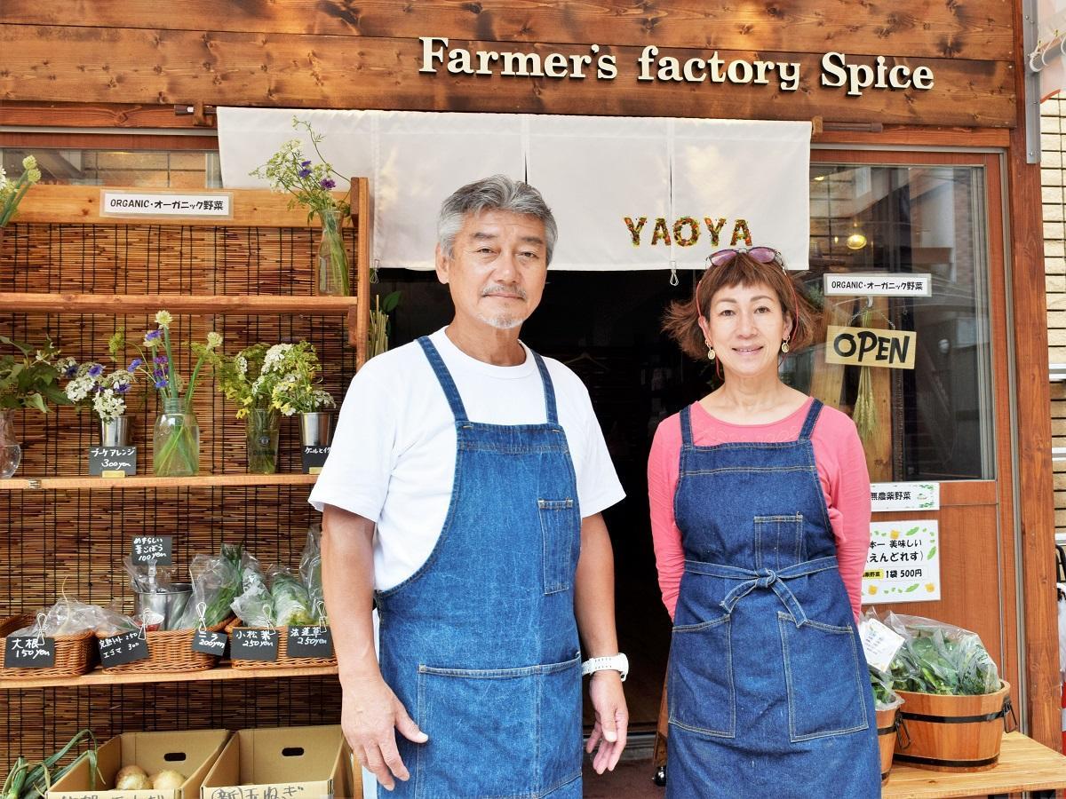 店主の塩入利之さん(左)