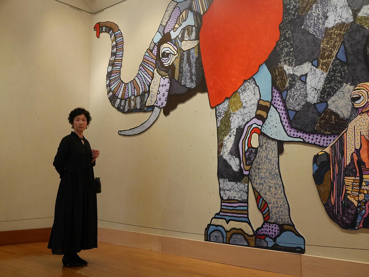 等身大パネルのゾウと写る早野恵美さん