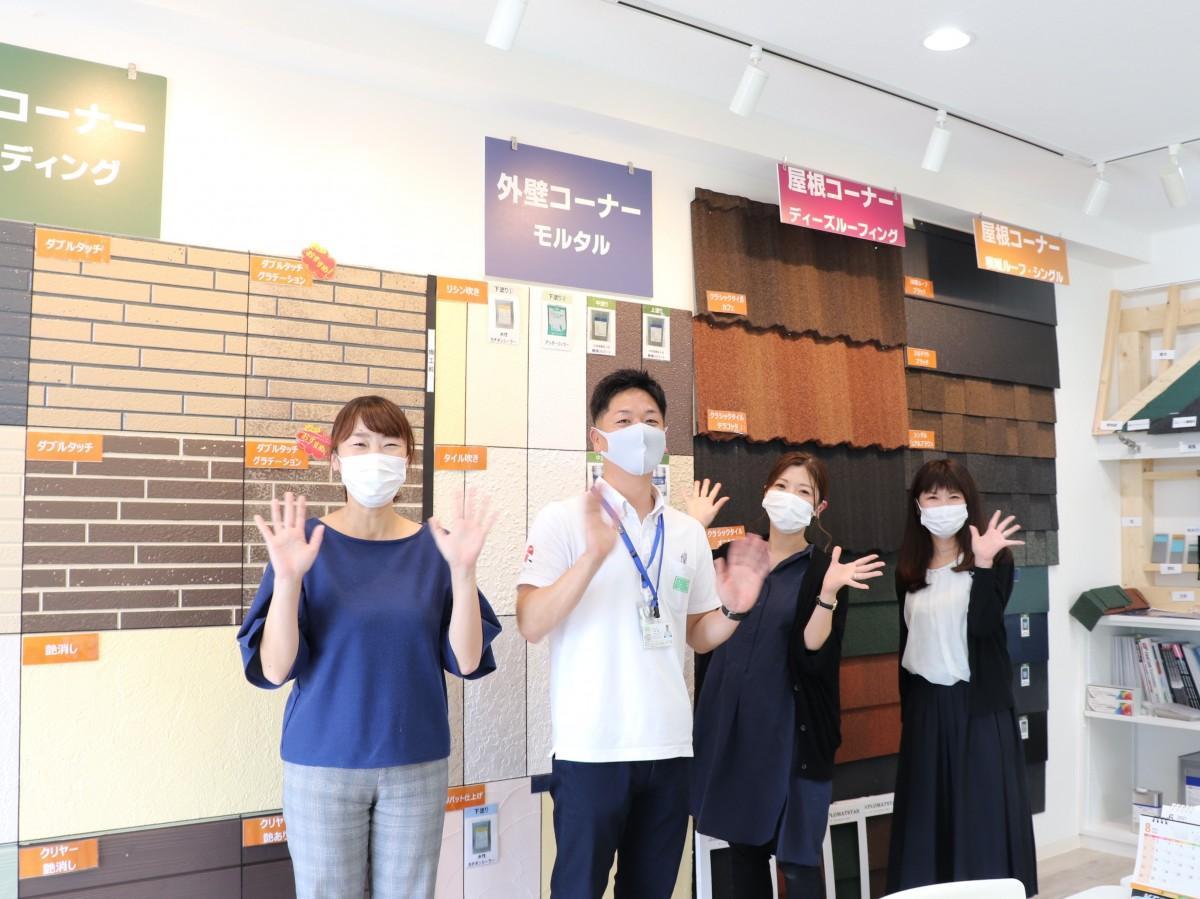 左から、スタッフの戸塚さん、店長・秋葉さん、船橋市民のスタッフ秋山さん、本社スタッフ加藤さん