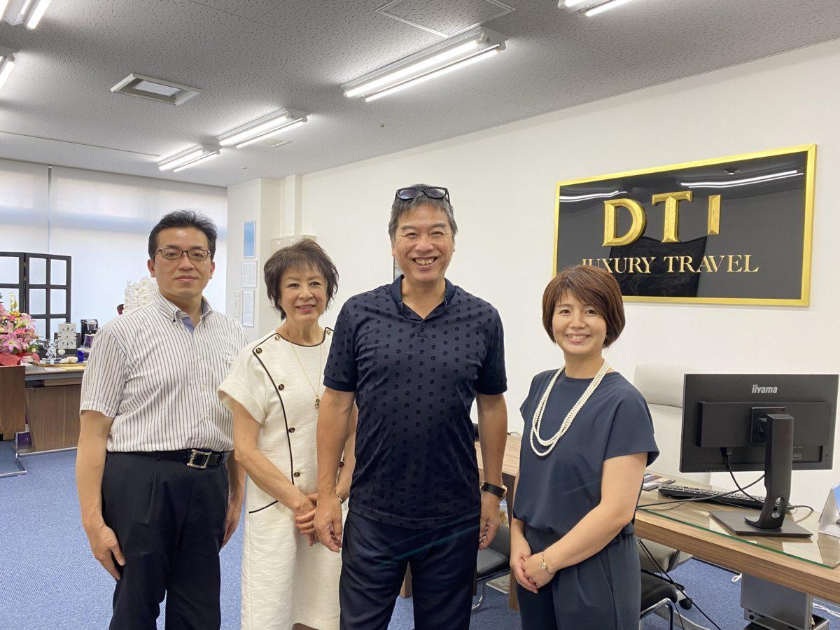 DTIツアーズの山本龍二社長(右から2番目)