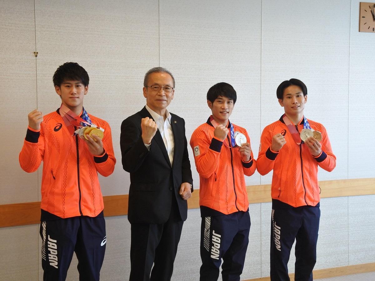(左から)橋本選手、松戸徹市長、谷川選手、萱選手