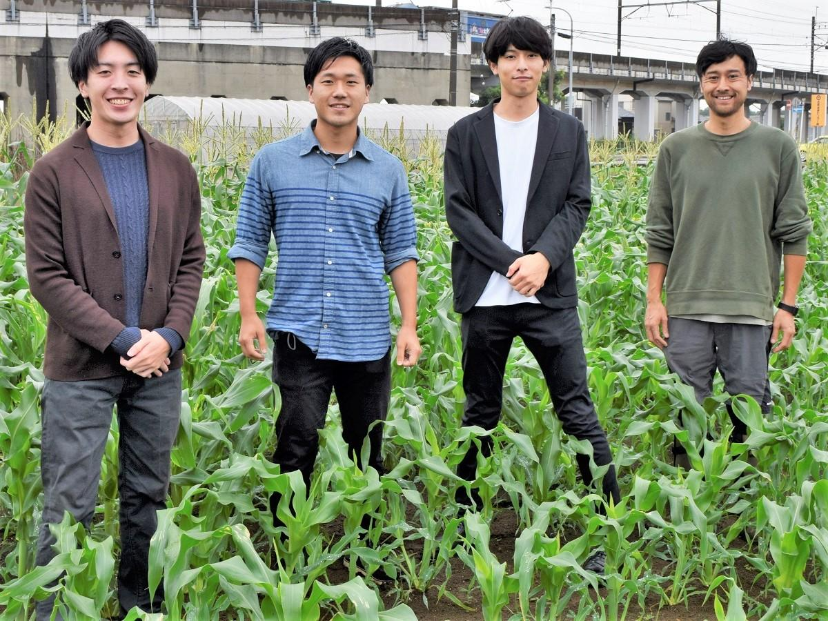 ファームコネクトのメンバー(左から)後藤さん、村瀬さん、石井さんと農家の田中さん