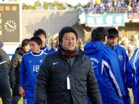 船橋経済新聞同校OBで在学中には選手権優勝も経験している朝岡隆蔵監督(関連画像)