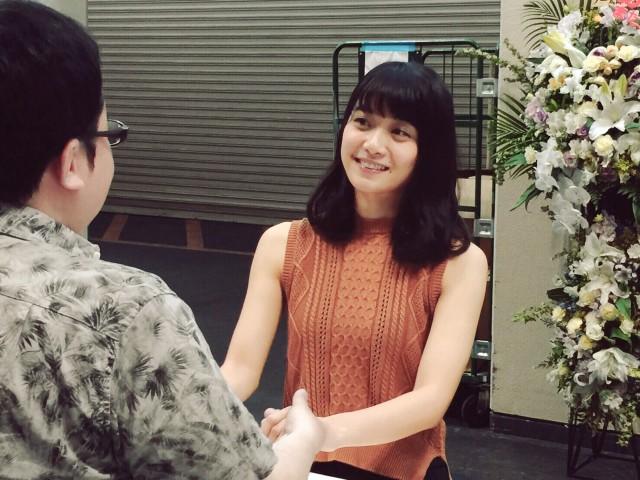 ファンと京都最後の握手会を行った深川麻衣さん