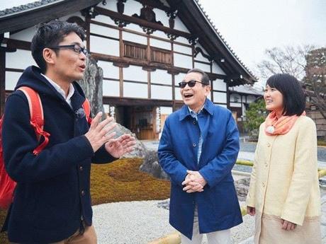 タモリさんと近江友里恵アナウンサー、案内役の京都高低差崖会崖長の梅林秀行さん(写真=NHK提供)