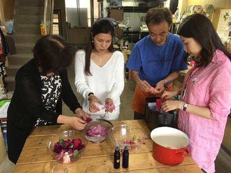 バラジャムを作る奥田さんと受講生