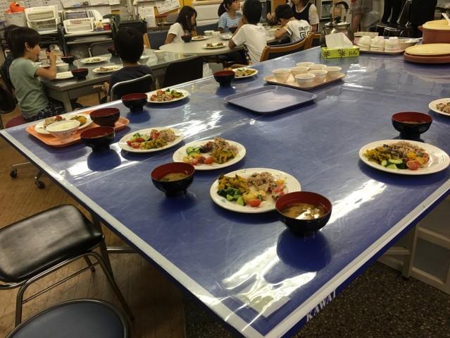 食堂で食事を楽しむ子どもたち