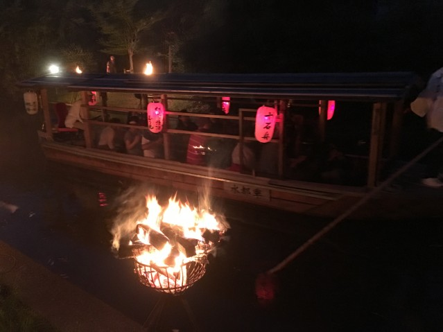 かがり火の中を通る十石舟