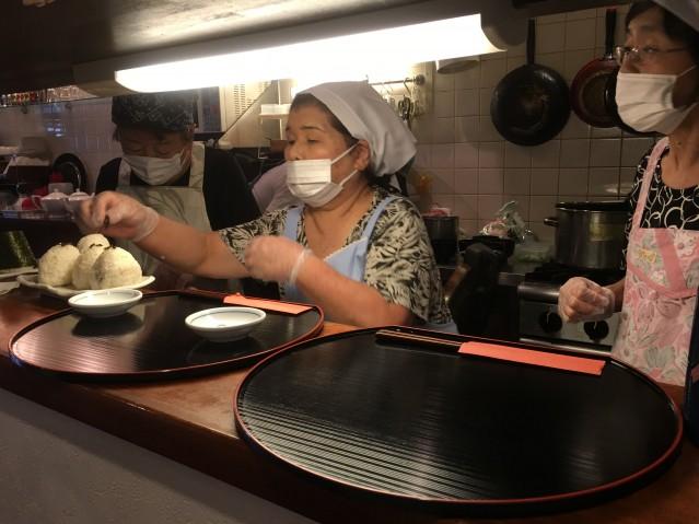 厨房で調理する「おにぎりカフェ」のスタッフ