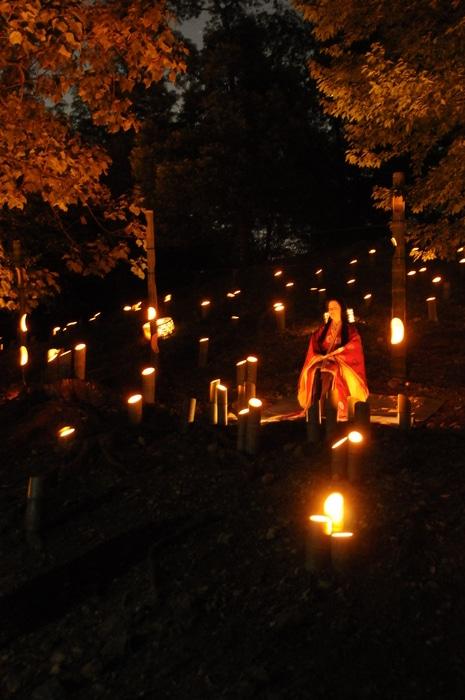幻想的な竹と灯りの中浮かび上がる、かぐや姫