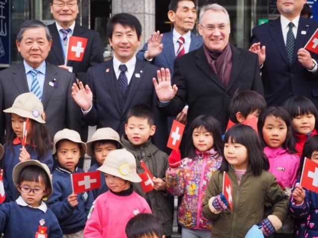 子どもたちの出迎えを受け笑顔のジャン=フランソワ・パロ駐日スイス大使