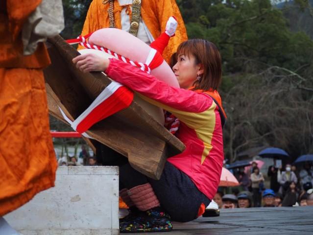 90キロの巨大な鏡餅を持ち上げる田中さん