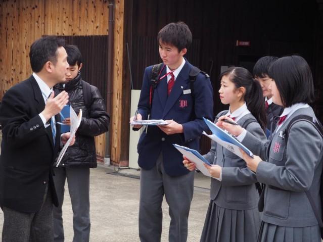 月桂冠大倉記念館で酒造りの説明を聞く生徒ら