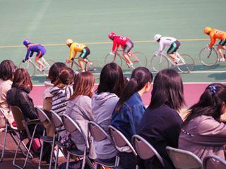バンク内からレースを観戦する参加者たち