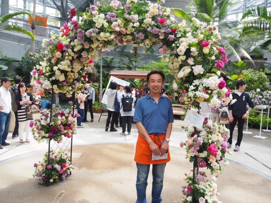 バラのアーチを製作した奥田さん