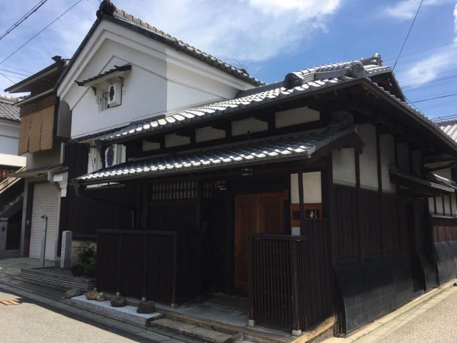 茨木屋儀兵衛の子孫にあたる山本英藏さんの自宅 蔵が前面にある珍しい造りで、京都市の「景観重要建造物」に指定されている