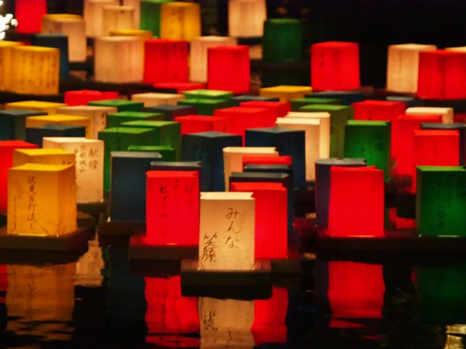 宇治川派流を流れる灯籠