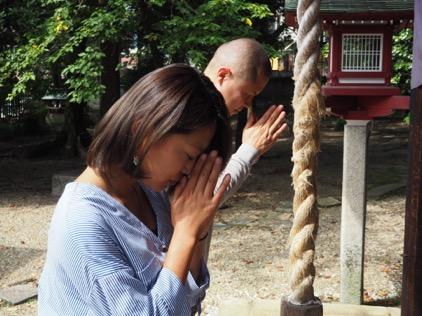 大山崎の離宮八幡宮で好天祈願をする田中さんと小西さん