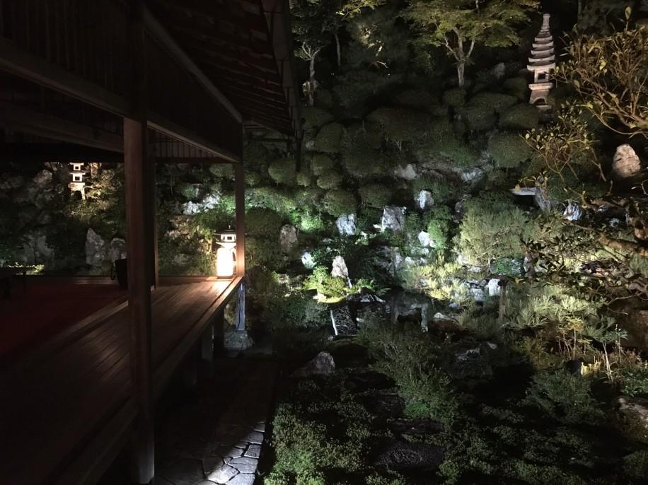 試験点灯した柳谷観音・楊谷寺の庭園