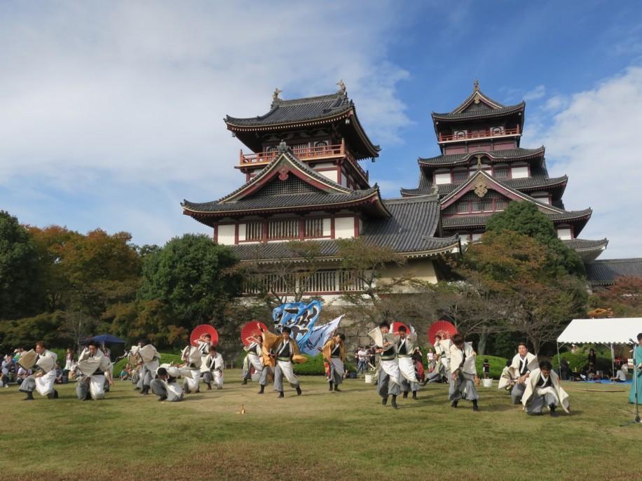 昨年の伏見お城まつりの様子 天守閣の前でイベントが行われた