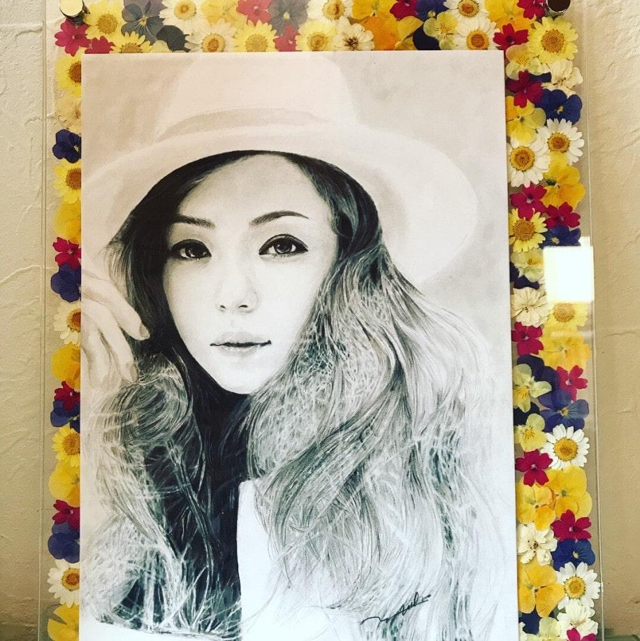 安室奈美恵さんの押し花と肖像画の作品 押し花作家の中村容子さんと画家の槙村優子さんがコラボした