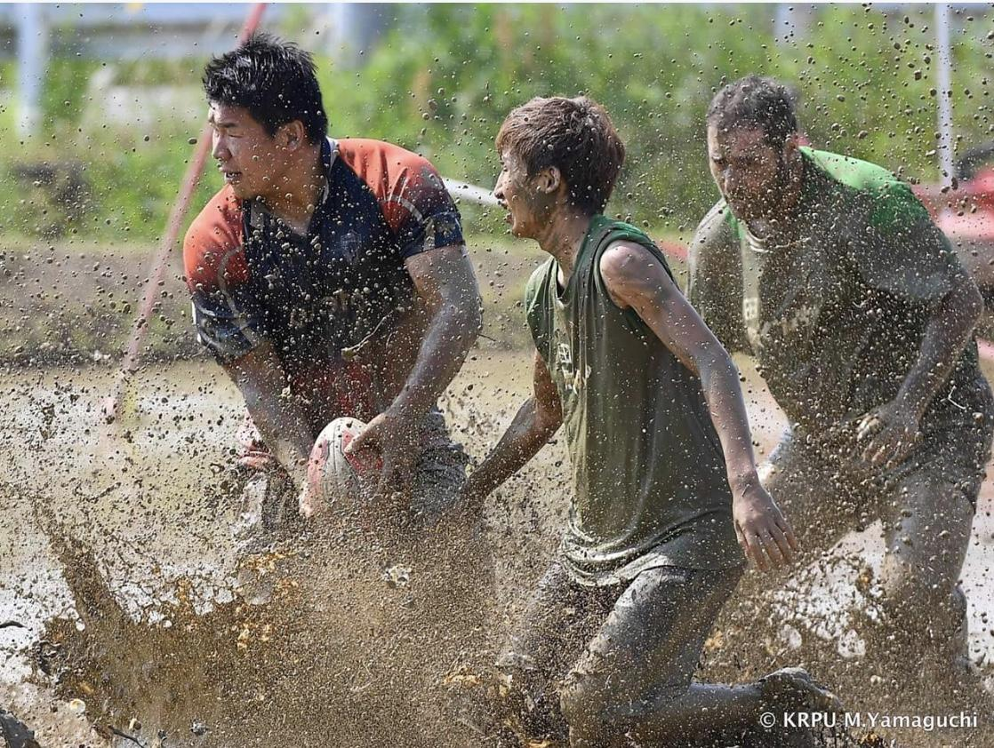 泥だらけになってプレーするたんぼラグビー(画像提供=たんぼラグビー実行委員会)