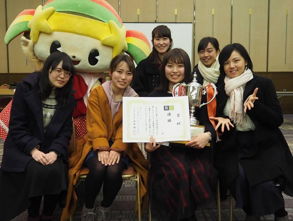 優勝者の青木奈央さんと同志社女子大の「まちづくり委員会」のメンバー