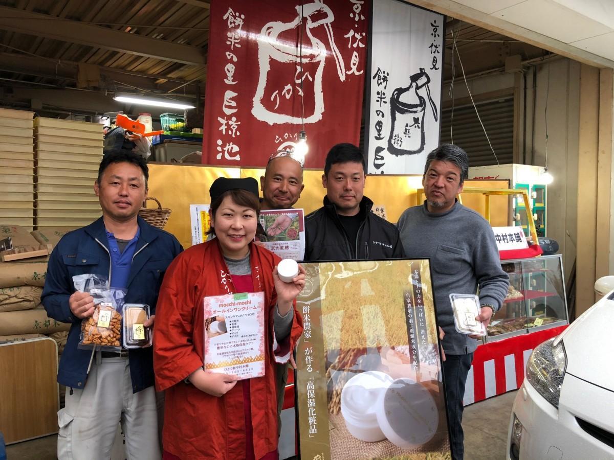 赤米でコラボした農家の宮本さん、中西さん、高矢さんと餅店の中村さん夫妻