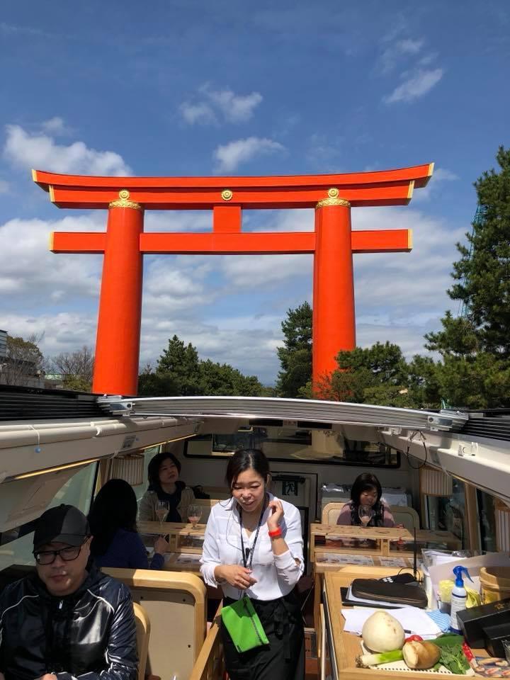 レストランバスから見る平安神宮の大鳥居。2階席はオープンルーフになっており、開放することで迫力ある景色が見られる。