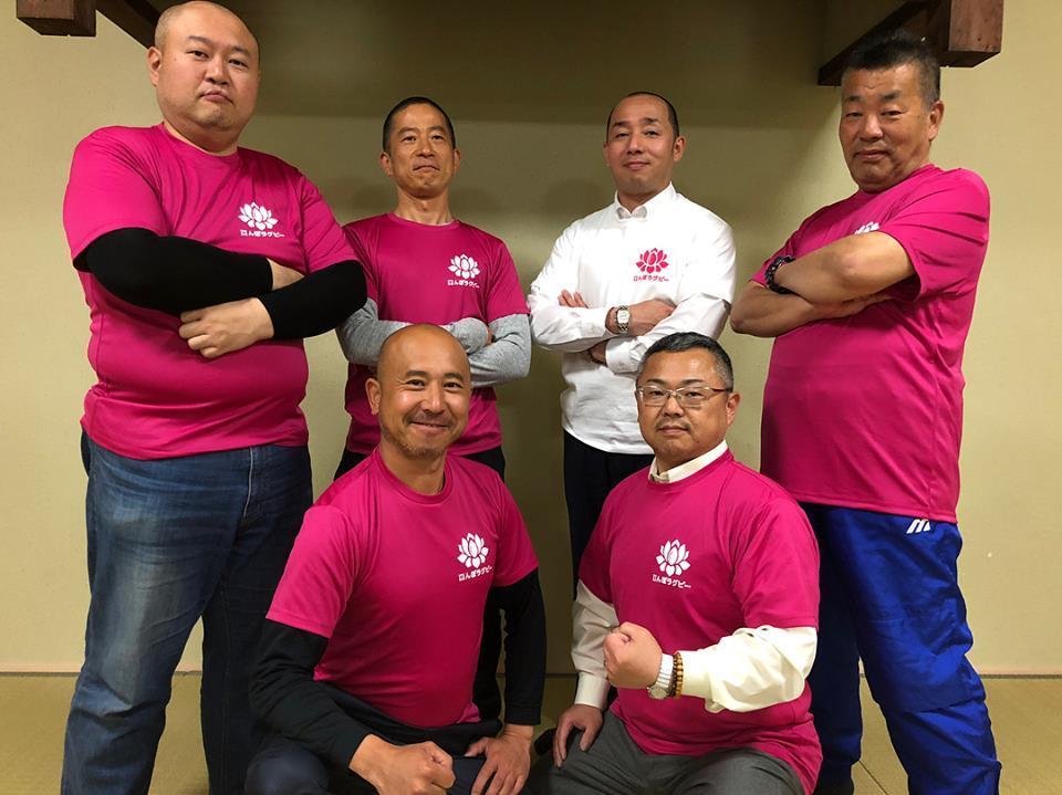 京都向島たんぼラグビー実行委員会のメンバー。大会Tシャツや巨椋池のハスとラグビーボールをイメージしたロゴも作成した