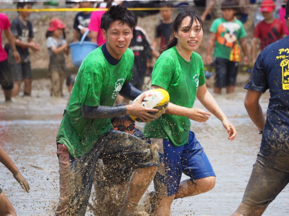 泥だらけになりながら田んぼラグビーを楽しむ参加者