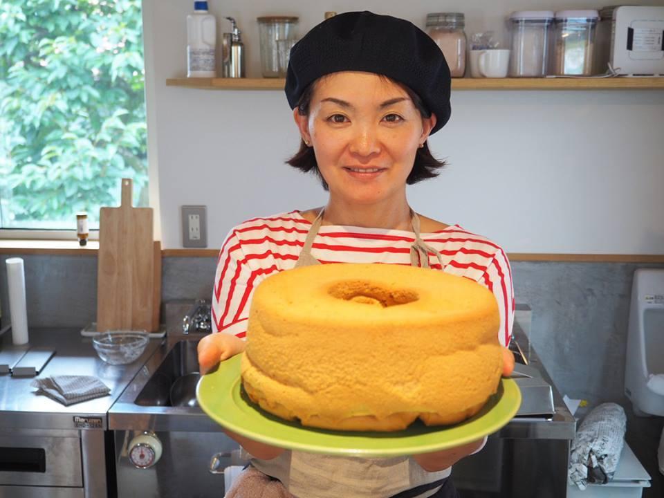 「米とやさいの食工房」自慢の米粉シフォンケーキを持つ宮本素子さん
