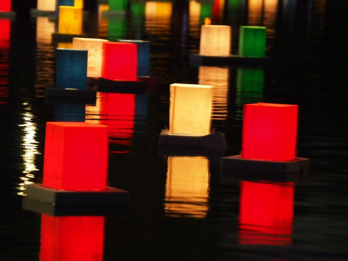 水面に映える5色の灯ろう