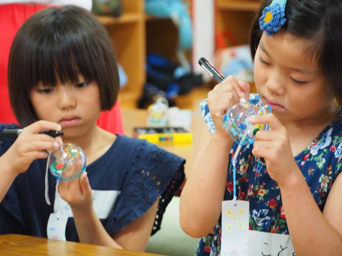 風鈴づくりイベントに参加した児童ら